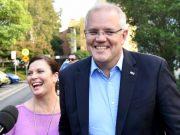 PM Scott Morrison, bersama isterinya Jenny, di gereja pada Minggu pagi setelah kemenangannya yang mengejutkan. (AAP: Joel Carrett)
