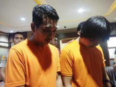 Dua pelaku pembuat video berisi imbauan melawan gas air mata dengan tai, Heru Widiyantoro dan Dwi Septiyanto saat konferensi pers di kantor Polres Metro Jakarta Barat, Senin, 27 Mei 2019. Tempo/M Yusuf Manurung