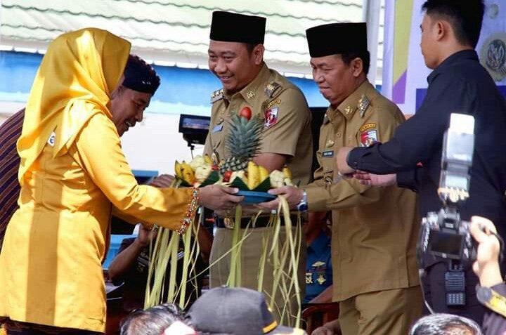 Bupati Agung Ilmu Mangkunegara dan Wakil Bupati Budi Utomo menerima hasil panen dari peserta pawai.