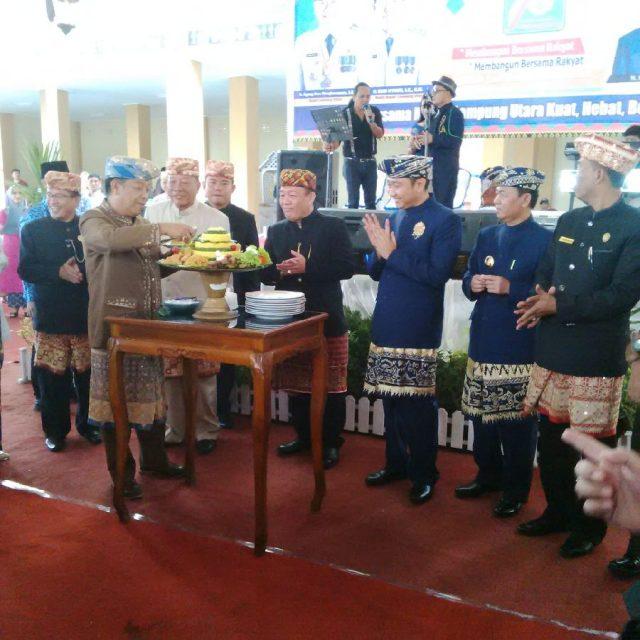 Ketua DPRD Lampung Utara, Rachmat Hartono memberikan potongan tumpeng kepada perwakilan Pemprov Lampung dalam peringatan HUT ke-73 Lampung Utara.