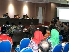 Plt Bupati Lampung Selatan Nanang Ermantoi memberikan pengarahan pada rapat koordinasi di Aula Krakatau, Kantor Bupati Lampung Selatan, di Kalianda, Jumat (21/6/2019 malam..