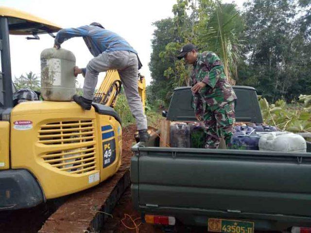 Prajurit TNI menggunakan alat berat untuk membangun jalan baru dalam program TMMD ke-105 di Lampung Utara.