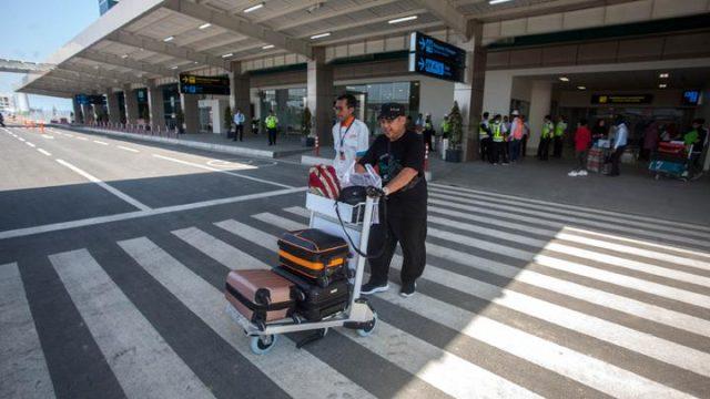 Penumpang keluar dari area bandara seusai mendarat dengan pesawat komersial Citilink saat penerbangan perdana di Bandara Yogyakarta International Airport (YIA), Kulonprogo, DI Yogyakarta, Senin 6 Mei 2019. Saat ini Bandara YIA mulai beroperasi untuk penerbangan komersial. ANTARA FOTO/Andreas Fitri Atmoko