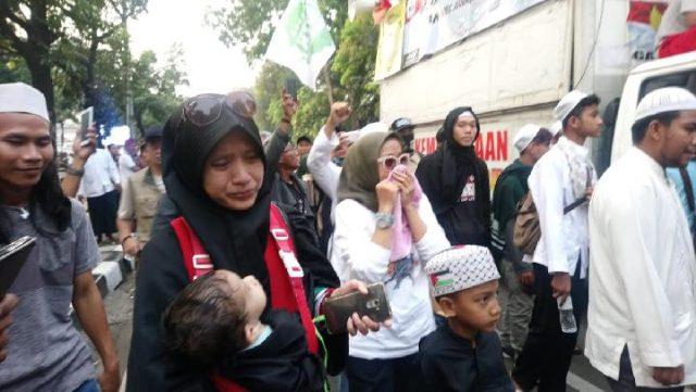 Sejumlah perempuan peserta demonstrasi menangis ketika membubarkan diri di sekitar Gedung Mahkamah Konstitusi sebelum putusan sengketa hasil PIlpres 2019 dibacakan pada Kamis sore, 27 Juni 2019. TEMPO /TAUFIQ SIDDIQ
