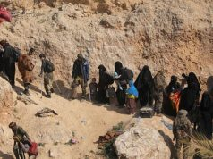 Sejumlah anggota kelompok militan ISIS dan keluarganya membawa barang-barang mereka saat menyerah di desa Baghouz, provinsi Deir Al Zor, Suriah, Selasa, 12 Maret 2019. Anggota ISIS menyerah kepada Pasukan Demokrat Suriah (SDF). REUTERS/Rodi Said