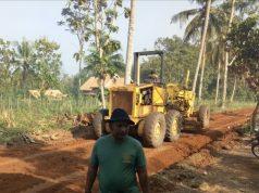 Proses pemerataan jalan yang akan digunakan saat pembukaan TMMD ke105 di Desa Batunangkop, Sungkai Tengah, Lampung Utara.