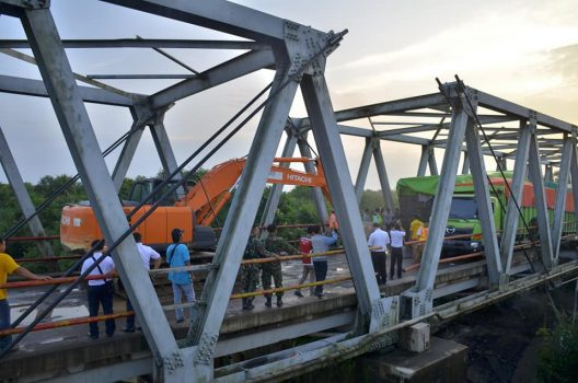 Jembatan Pematang Panggang Ambrol, Jalur Lampung – Sumsel Terputus