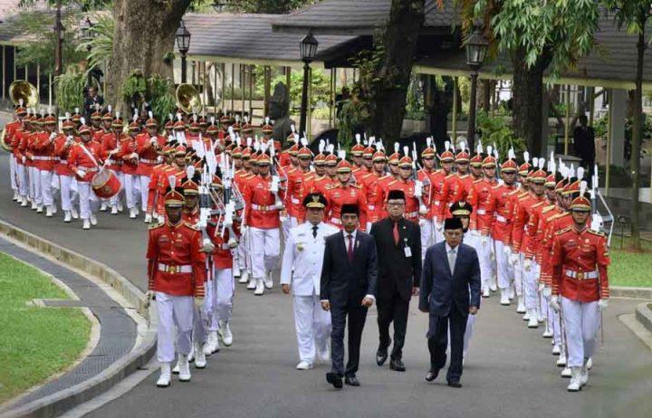Presiden Jokowi dan Wapres Jusuf Kalla memimpin kirab sebelum melantik Gubernur dan Wakil Gubernur Lampung, di Istana Negara, Jakarta, Rabu (12/5) siang.