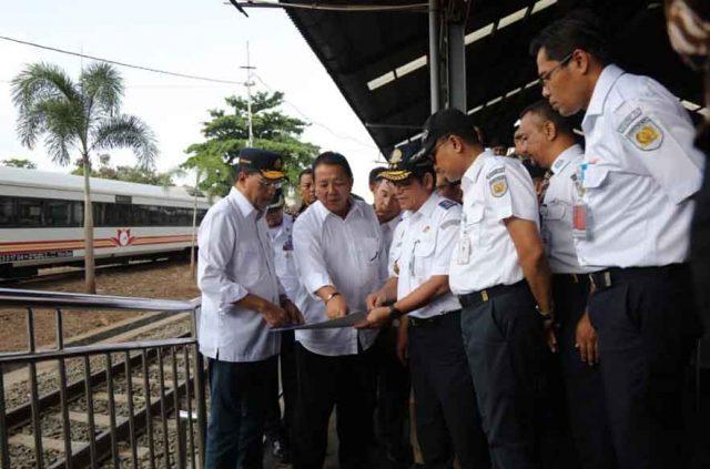 Gubernur Arinal Djunaidi dan Menhub Budi Karya Sumadi di sela-sela peninjauan di Stasiun KA Tanjungkarang, Minggu (30/6/2019).