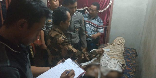 Petugas sedang memeriksa jenazah Tri Purwanto (35), warga Pekon Nusawungu, Kecamatan Banyumas, Pringsewu yang meninggal karena disambar petir, Sabtu petang, 15 Juni 2019. Foto: Prioritas.co.id