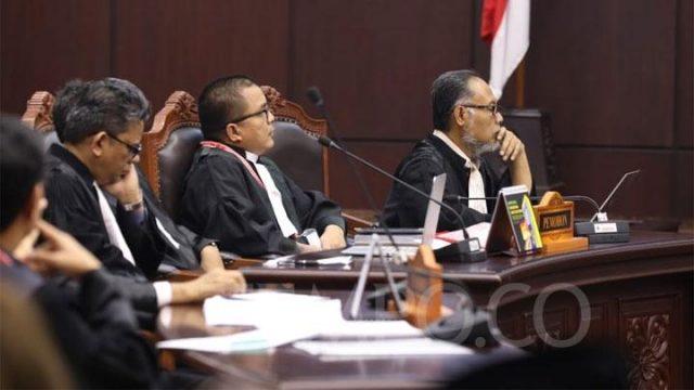 Ketua tim hukum Prabowo - Sandiaga, Bambang Widjojanto saat mendengarkan pembacaan putusan sidang Perselisihan Hasil Pemilihan Umum (PHPU) sengketa Pilpres 2019 di MK, Jakarta, Kamis, 27 Juni 2019. TEMPO/Ridian Eka Saputra