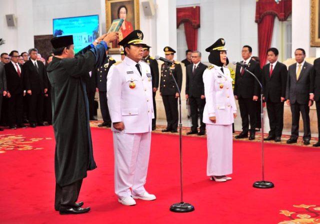 Arinal Djunaidi dan Chusnunia Chalim diambil sumpah saat dilantik sebagai Gubernur dan Wagub oleh Presiden Jokowi, di Isneg, Jakarta, Rabu (12/6) siang.