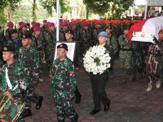 Personil TNI membawa peti jenazah almarhumah Ani Yudhoyono saat upacara pelepasan militer di Cikeas, Bogor, Jawa Barat, Minggu, 2 Juni 2019. ANTARA