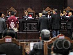 Sejumlah saksi diambil sumpah sebelum memberikan kesaksian pada sidang lanjutan terkait Perselisihan Hasil Pemilihan Umum (PHPU) di Mahkamah Konstitusi, Jakarta, Jumat, 21 Juni 2019. Kuasa Hukum termohon menghadirkan dua saksi Fakta dan dua saksi ahli pada sidang lanjutan dengan agenda mendengarkan keterangan saksi saksi fakta dan ahli. TEMPO / Hilman Fathurrahman W
