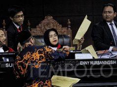 Komisioner KPU Hasyim Asy'ari menyerahkan contoh amplop suara sah kepada Hakim Anggota Mahkamah Konstitusi Enny Nurbaningsih saat sidang sengketa hasil pilpres yang digelar di Mahkamah Konstitusi, Kamis, 20 Juni 2019. Menurut Hasyim, amplop tersebut tak memiliki tanda-tanda lazimnya amplop yang telah dipakai. TEMPO /Hilman Fathurrahman W