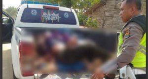Polisi mengevakuasi tiga orang yang tewas dalam bentrokan di kawasan hutan Register 45 Sungai Buaya, Mesuji, Rabu petang, 17 Juli 2019.