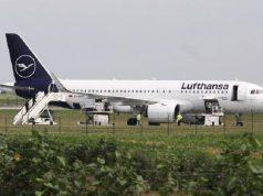 Penerbangan menuju Frankfurt ditunda setelah seorang lelaki mencoba menahan pramugari dengan menelpon ancaman bom.[Djordje Kojadinovic/The Sun]