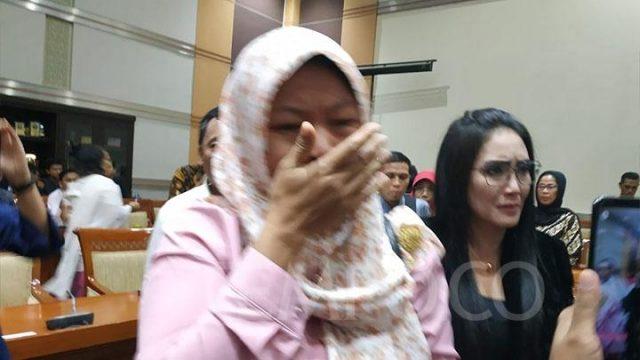 Tangis Baiq Nuril dan Rieke Diah Pitaloka pecah saat Komisi Hukum Dewan Perwakilan Rakyat mengumumkan sepakat mendukung pemberian amnesti oleh Presiden Joko Widodo, Rabu, 24 Juli 2019. TEMPO/Budiarti Utami Putri.