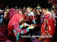 Walikota Bandarlampung Herman HN menyerahkan piala dan hadiah kepada para pemenang lomba peringatan HUT Bandarlampung, di arena Bandarlampung Expo, Lapangan Enggal, Sabtu malam (27/7/2019).