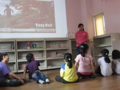 Di waktu senggangnya, Fimi secara sukarela menuturkan cerita-cerita Indonesia kepada murid-murid SD.