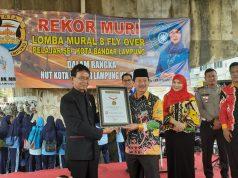 Senior Manager MURI Jusuf Ngadri menyerahkan piagam MURI kepada Walikota Herman HN.