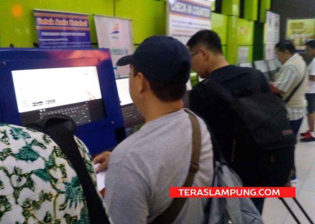 Para penumpang kereta api melakukan check-in di Stasiun Gambir (Foto