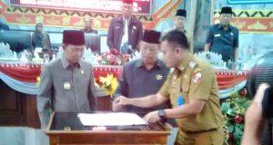 Penandatanganan kesepakatan bersama yang dilakukan oleh Wakil Bupati Budi Utomo dan Ketua DPRD Lampung Utara, Rachmat Hartono