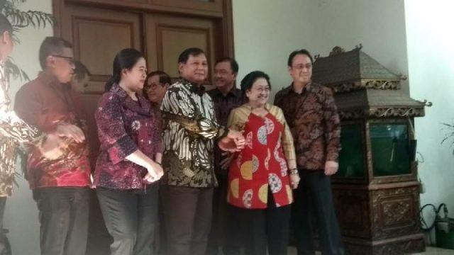 Ketua Umum Partai Gerindra Prabowo Subianto telah tiba di kediaman Ketua Umum PDIP Megawati Soekarnoputri, Jalan Teuku Umar Nomor 27, Menteng, Jakarta pada Rabu, 24 Juli 2019. Prabowo tiba mengenakan baju batik cokelat bercampur putih dengan celana hitam sekitar pukul 12.30 didampingi Wakil Ketua Umum Partai Gerindra Edhy Prabowo dan Sekjen Gerindra Ahmad Muzani. Dewi Nurita/Tempo