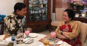 Ketua Umum PDIP Megawati Soekarnoputri dan Prabowo Subianto berbicara hangat ditemani es kelapa muda. Dok. Istimewa