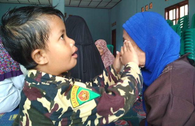 Praktisi ATS Swarna Raya Sayyidina Tsaqif mengenakan seragam Banser membantu kesembuhan warga.