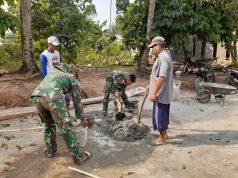 Suasana kerja sama prajurit TNI dan warga dalam TMMD di Desa Batunangkop, Sungkai Tengah, Lampung Utara.