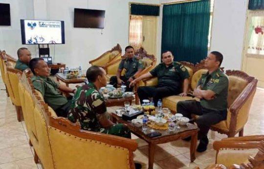 Suasana pertemuan rombongan Kodam II/Sriwijaya dengan Kodim 0412 Lampung Utara membahas perkembangan TMMD, Senin, 15 Juli 2019.