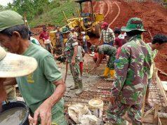 Suasana pengerjaan salah satu pekerjaan fisik dalam TMMD di Desa Batunangkop, Lampung Utara.