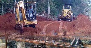 Suasana pembangunan pekerjaan fisik dalam TMMD ke-105 di Desa Batunangkop, Lampung Utara