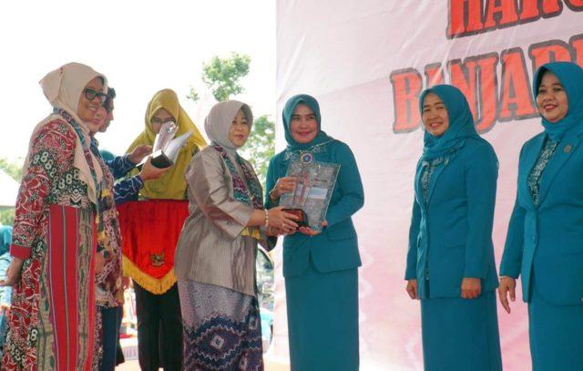 Ketua Tim Penggerak PKK Lampung Selatan Ny. Winarni Nanang Ermanto menerima penghargaan Pakarti Utama untuk Desa Waysari, Natar.