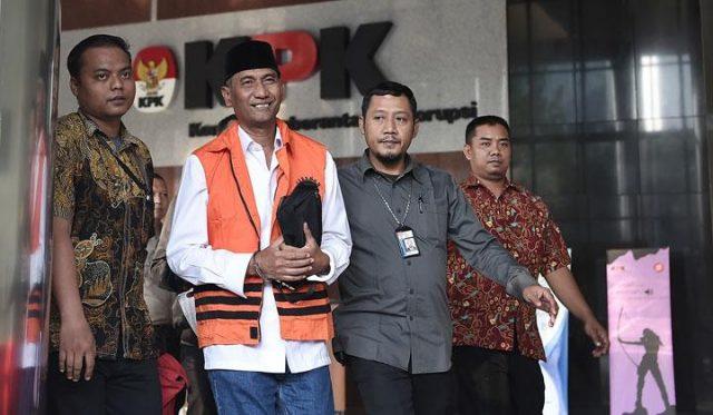 Tersangka terkait dugaan kasus suap pengisian jabatan perangkat daerah Pemerintah Kabupaten Kudus tahun 2019, Bupati Kudus 2018-2023 Muhammad Tamzil (kedua kiri) digiring petugas menuju mobil yang akan membawa ke penjara usai menjalani pemeriksaan di Gedung KPK, Jakarta, Sabtu, 27 Juli 2019. Pasca terjaring Operasi Tangkap Tangan (OTT) dengan barang bukti senilai Rp170 juta, Muhammad Tamzil akan ditahan bersama Plt Sekretaris Dinas Pendapatan Pengelolaan Keuangan dan Aset Daerah (DPPKAD) Kabupaten Kudus Akhmad Sofyan dan Staf Khusus Bupati Kudus Agus Soeranto. ANTARA