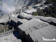 ATAP warung di sekitar Kawah Ratu, Sabtu 27 Juli 201,9 tertutup abu vulkanik letusan freatik Gunung Tangkubanparahu, Subang.*/ANTARA