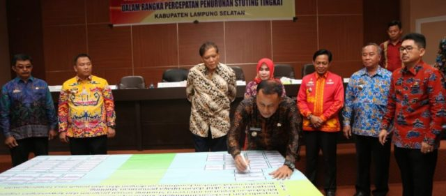 Plt Bupati Lampung Selatan Nanang Ermanto menandatangani Deklarasi Lampung Selatan Stunding 2023.