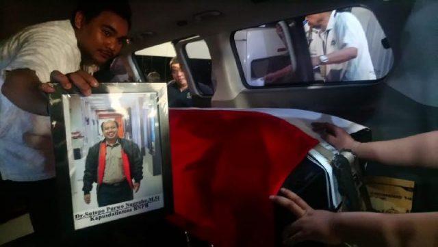Jenazah Kepala Pusat Data Informasi dan Humas BNPB Sutopo Purwo Nugroho, 49 tahun, tiba di Bandara Soekarno-Hatta, Cengkareng, pada Ahad malam, 7 Juli 2019, sekitar pukul 19.50 WIB. TEMPO / TAUFIQ SIDDIQ