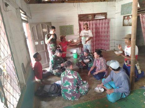 Suasana hangat para prajurit TNI dan orang tua asuh saat makan bersama.