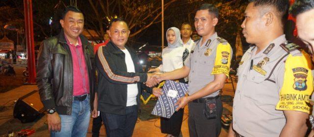 Plt Bupati Lampung Selatan Nanang Ermanto menyerahkan hadiah umrah kepada tuga Babinkamtimbas, Rabu malam (10/7/2019).