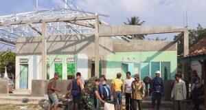Prajurit TNI dan warga bahu-membahu menyelesaikan pembangunan fisik dalam TMMD.