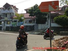 Rambu evakuasi di perempatan Jalan Hasanuddin, Pasar Kangkung, Telukbetung, Bandarlampung.