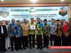Gubernur Lampung yang diwakili Asisten II Taufik Hidayat menerima buka kajian DKI Lampung dari ketua relawan Azis Syamsudin.