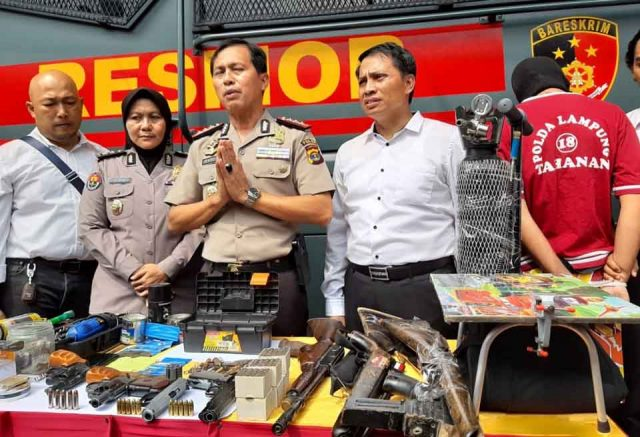 Direktur Reserse dan Kriminal Umum Polda Lampung, Kombes Barly Ramadhany,menunjukkan barang bukti saat ekspos kasus senjaya api rakitan, di Mapolda Lampung, Senin (1/7/2019).