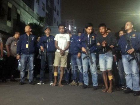 Dua orang tersangka pembunuh bayaran kasus istri bunuh suami dan anak tiri tiba di Polda Metro Jaya pada Selasa petang, 27 Agustus 2019. Tempo/M Yusuf Manurung