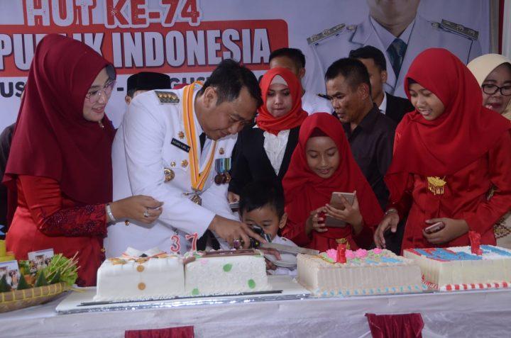 Endah Kartika Prajawati Agung menemani suami tercinta, Bupati Agung Ilmu Mangkunegara memotong kue ulang tahunnya yang ke-37.