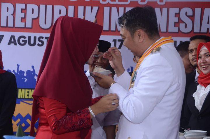 Endah Kartika Prajawati Agung menerima suapan tumpeng dari Bupati Agung Ilmu Mangkunegara