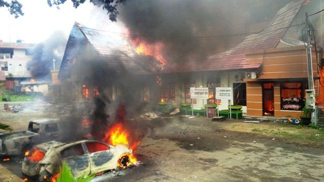 ondisi kantor DPR Papua Barat dan sejumlah kendaraan dinas yang dibakar massa aksi. (Jubi/Hans Arnold Kapisa).