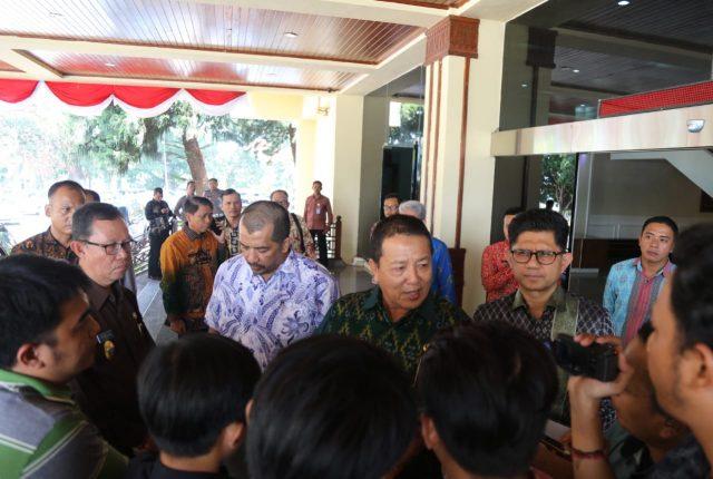 Wakil Ketua KPK (kanan, berkaca mata) usai bertemu dengan Gubernur Arinal Djunaidi, Kamis, 29 Agustus 2019.